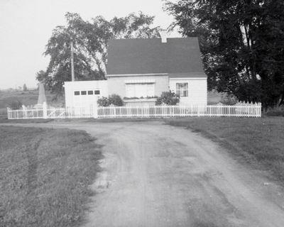 Maison canadienne sur la rue Martel située en bordure de la rivière La Tortue en août 1958. Archives Ville de Delson, fonds institutionnel, Service des affaires juridiques et du greffe.